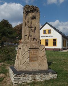grafika - pomník a obecní úřad